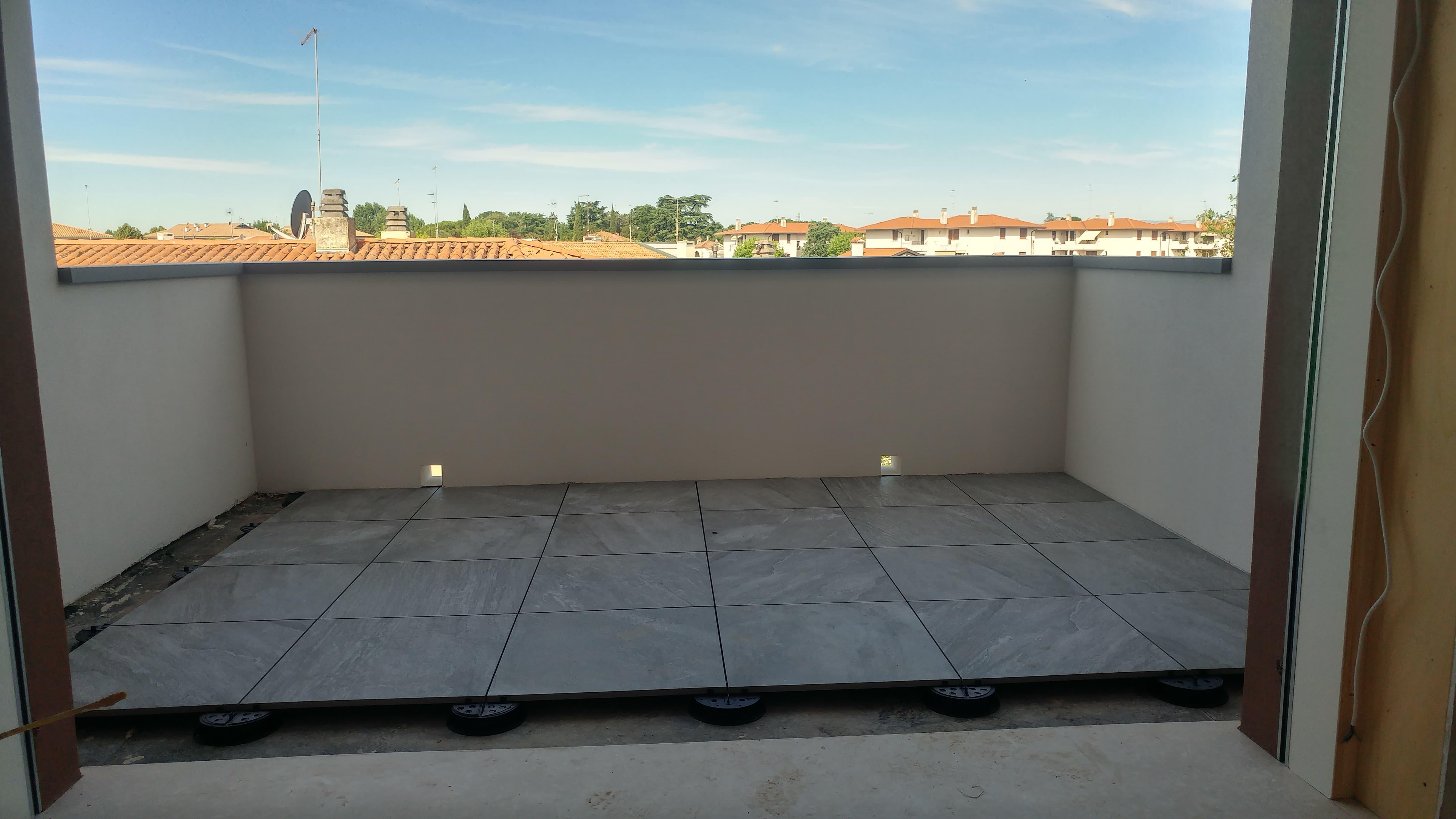 Supporti regolabili per terrazze e pavimenti esterni for Arredi esterni per terrazze
